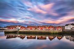 Puesta del sol sobre las casas en Svolvaer, islas de Lofoten, Noruega del puerto Fotografía de archivo libre de regalías