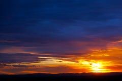 Puesta del sol sobre las colinas Imagen de archivo libre de regalías
