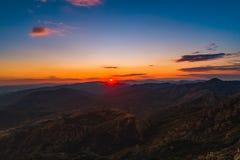 Puesta del sol sobre las colinas de la montaña, visión panorámica aérea Imagenes de archivo