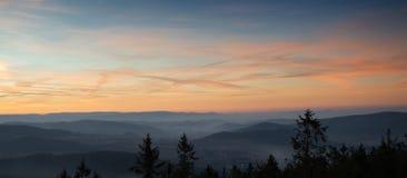 Puesta del sol sobre las colinas en la niebla Fotografía de archivo libre de regalías