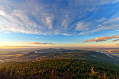 Puesta del sol sobre las colinas en República Checa Fotos de archivo libres de regalías
