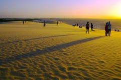 Puesta del sol sobre las dunas de arena Foto de archivo libre de regalías