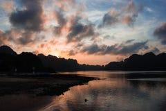 Puesta del sol sobre las islas de la bahía de Halong Imagen de archivo