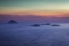 Puesta del sol sobre las islas de Rio de Janeiro imagen de archivo