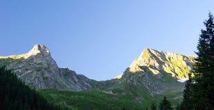 Puesta del sol sobre las montañas Imágenes de archivo libres de regalías
