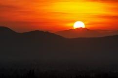 Puesta del sol sobre las montañas Fotos de archivo libres de regalías