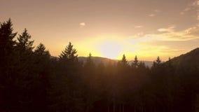Puesta del sol sobre las montañas metrajes