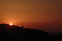 Puesta del sol sobre las montañas Foto de archivo libre de regalías