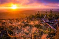 Puesta del sol sobre las montañas Fotografía de archivo