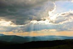 Puesta del sol sobre las montañas ahumadas Imagen de archivo libre de regalías