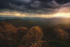 Puesta del sol sobre las montañas del Cáucaso fotos de archivo libres de regalías