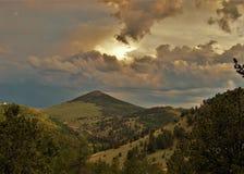 Puesta del sol sobre las montañas en cala del lisiado imagenes de archivo