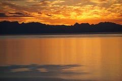 Puesta del sol sobre las montañas en Norteamérica fotografía de archivo