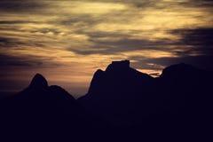 Puesta del sol sobre las montañas en Rio de Janeiro Fotos de archivo