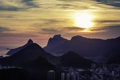 Puesta del sol sobre las montañas en Rio de Janeiro Imagen de archivo libre de regalías