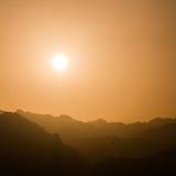 Puesta del sol sobre las montañas en Sinaí del sur Imagen de archivo
