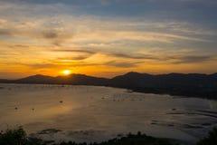 Puesta del sol sobre las montañas y el mar con las nubes en Phuket, Thialand fotografía de archivo