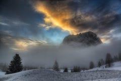 Puesta del sol sobre las montañas y la colina de niebla Imagen de archivo libre de regalías