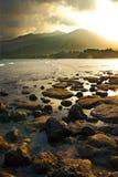 Puesta del sol sobre las montañas y la marea baja en la isla de Tioman imagen de archivo