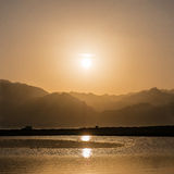 Puesta del sol sobre las montañas y laguna en Sinaí del sur, Dahab Fotografía de archivo libre de regalías