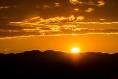Puesta del sol sobre las monta?as fotos de archivo libres de regalías