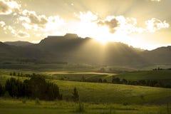 Puesta del sol sobre las montañas de Drakensberg, Suráfrica Fotografía de archivo