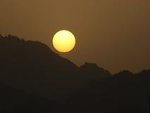 Puesta del sol sobre las montañas en península del Sinaí Fotos de archivo libres de regalías