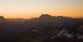 Puesta del sol sobre las montan@as de la dolomía Foto de archivo libre de regalías