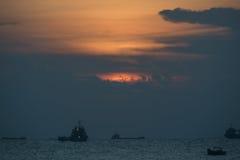 Puesta del sol sobre las naves en el mar Imágenes de archivo libres de regalías