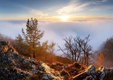 Puesta del sol sobre las nubes fotos de archivo