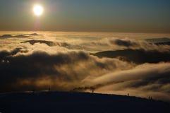 Puesta del sol sobre las nubes Imagenes de archivo