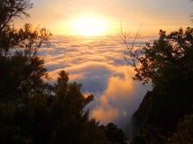 Puesta del sol sobre las nubes Imágenes de archivo libres de regalías