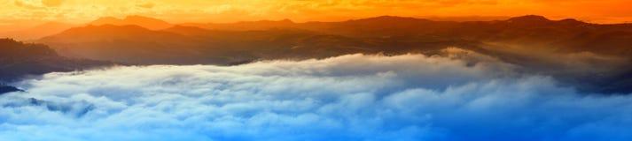 Puesta del sol sobre las nubes Foto de archivo