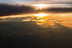 Puesta del sol sobre las nubes Fotos de archivo libres de regalías