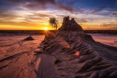 Puesta del sol sobre las paredes de China en Mungo National Park, Australia imágenes de archivo libres de regalías