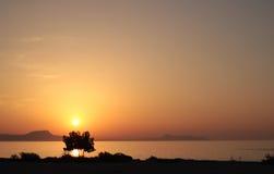 Puesta del sol sobre las siluetas de la costa del Cretan en foreg Fotografía de archivo