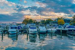 Puesta del sol sobre los barcos en un puerto deportivo en la costa en Alexandría, Virginia fotos de archivo