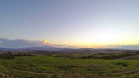 Puesta del sol sobre los campos de Toscana Lapso de tiempo almacen de video