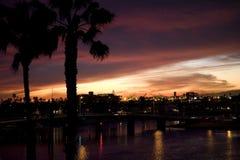 Puesta del sol sobre los canales y los hogares del lujo. Imagen de archivo libre de regalías