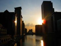 Puesta del sol sobre los Docklands de Londres. Fotografía de archivo