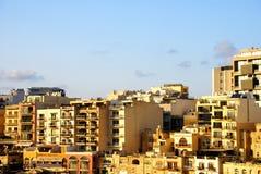Puesta del sol sobre los edificios de la costa de Malta Foto de archivo libre de regalías