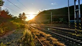 Puesta del sol sobre los ferrocarriles Fotografía de archivo