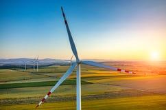 Puesta del sol sobre los molinoes de viento Fotos de archivo libres de regalías
