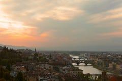 Puesta del sol sobre los puentes a través del río Arno Fotografía de archivo