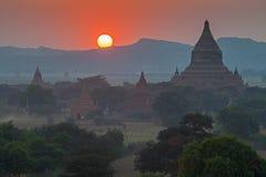 Puesta del sol sobre los templos de Bagan Imágenes de archivo libres de regalías