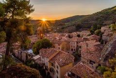 Puesta del sol sobre Moustiers Sainte Marie fotografía de archivo