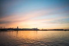 Puesta del sol sobre Neva River en St Petersburg fotos de archivo