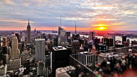 Puesta del sol sobre New York City metrajes