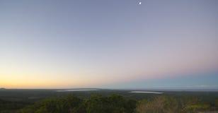Puesta del sol sobre Noosa, costa de la sol, Queensland, Australia Imagen de archivo