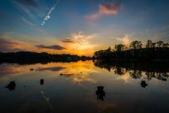 Puesta del sol sobre normando del lago del parque de Parham, en Davidson, coche del norte imagen de archivo